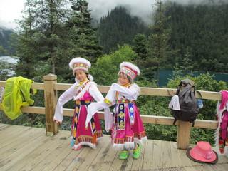 チベット民族衣装の子供たち
